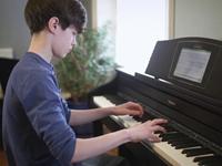 """Học đàn organ và piano – Sự """"khó dễ"""" của 2 loại nhạc cụ"""