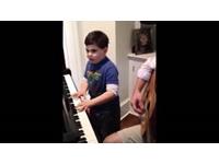Trẻ tự kỉ chơi đàn Piano - tỏa sáng như một thần đồng dương cầm