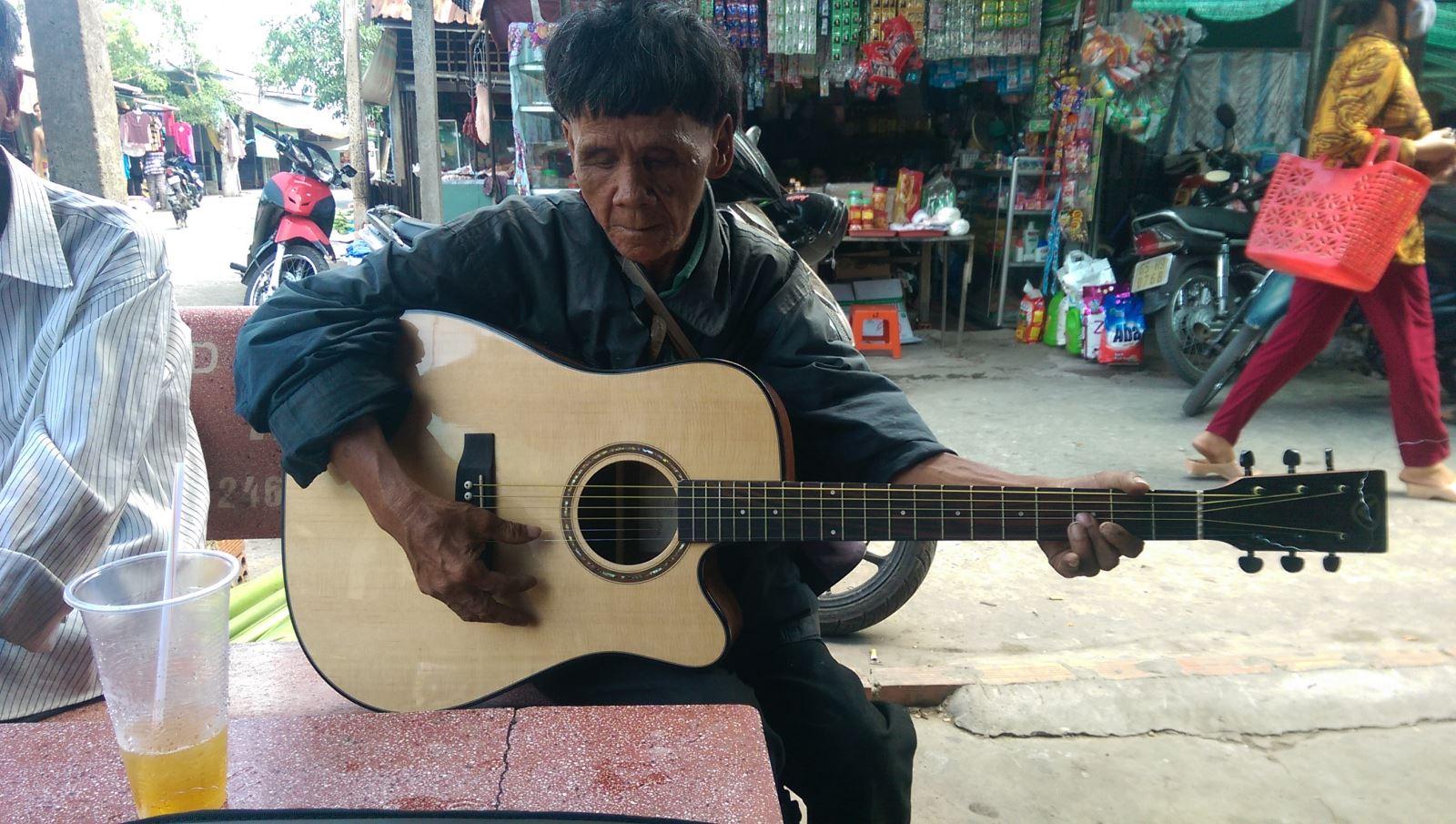 tien dat tang dan guitar valote